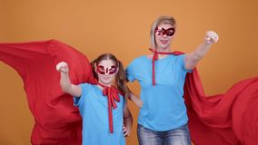 Mamman stöttar hennes dotterdrömmar för att bli en superhero arkivfilmer