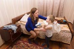 Mamman sätter hennes son Royaltyfria Foton
