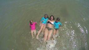 Mamman undervisar barn att simma stock video