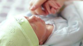 Mamman vaknar det nyfött stock video