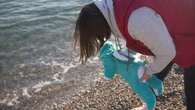 Mamman visar hennes lilla son havet för första gången stock video