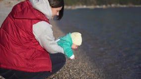 Mamman visar hennes lilla son havet för första gången lager videofilmer