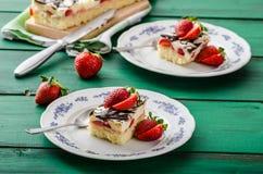Mammas efterrätt med nya jordgubbar royaltyfri bild