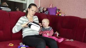 Mammaspelen met de baby masker van de vertoningen het virtuele werkelijkheid stock video