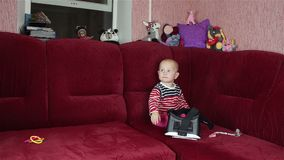 Mammaspelen met de baby masker van de vertoningen het virtuele werkelijkheid stock videobeelden