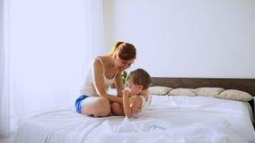 Mammaspelen met haar zoon in de slaapkamer stock videobeelden