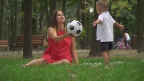 Mammaspelen met haar zoon met een bal stock video