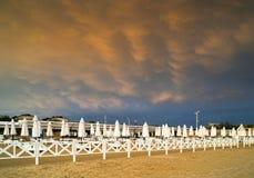 MAMMATUS över stranden efter en storm Arkivfoto