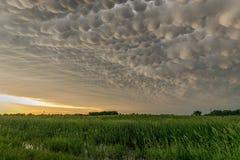 Mammatus chmurnieje przy plecy burza w północnym Nebraska fotografia stock