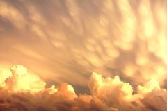 Mammatus en Cumuluswolken na een Onweer Stock Foto's