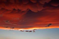 Mammatus fördunklar på solnedgången framåt av den våldsamma åskvädret Royaltyfria Foton
