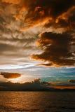 Mammatus fördunklar på solnedgången framåt av den våldsamma åskvädret Arkivfoton