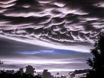 Mammatus muito raro nubla-se com o cúmulo-nimbo no por do sol próximo Imagem de Stock Royalty Free