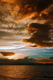 Mammatuswolken bij zonsondergang voor hevige onweersbui Stock Foto's