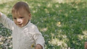 Mammavisningförälskelse och affektion till sonen Barnet fostrar och sonen som utomhus spelar lager videofilmer