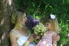 Mamme e la sua piccola figlia Immagini Stock Libere da Diritti
