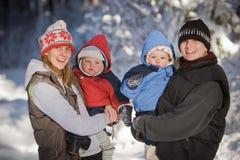 Mammen, die ihre Kinder anhalten Lizenzfreie Stockfotos