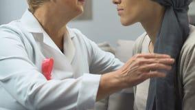 Mammologist que conforta al enfermo de cáncer del pecho, asegurando el tratamiento eficaz almacen de video