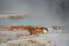 Mammoth Hot Springs alla sosta nazionale del Yellowstone immagini stock libere da diritti