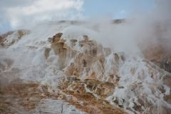 Mammoth Hot Springs alla sosta nazionale del Yellowstone Fotografia Stock