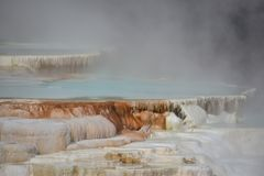 Mammoth Hot Springs au stationnement national de Yellowstone images libres de droits