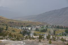Mammoth Hot Springs au stationnement national de Yellowstone Photos libres de droits