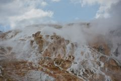 Mammoth Hot Springs au stationnement national de Yellowstone Photographie stock libre de droits