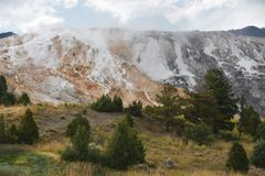Mammoth Hot Springs en el parque nacional de Yellowstone Foto de archivo