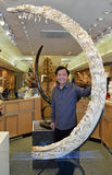 Mammoth Scupture de Eddie Lee Poses With His Woolly do artista Imagens de Stock Royalty Free