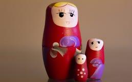Mamushkas in einer Gruppe, Frauen, die metaphorisch verschiedene Generationen von Frauen in einer Familie symbolisieren stockbild