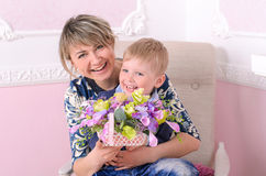 Mamusie i syn z koszem kwiaty Fotografia Stock