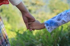 Mamusie trzymają mój rękę Zdjęcie Stock