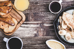 Mamy dzień lub weekendu śniadanio-lunch Stół przeglądać od above obrazy stock