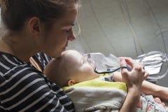 Mamy dziecka Inhalacyjny niemowlak pod jeden rokiem Zdjęcie Royalty Free