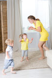 Mamy i dzieci bliźniaków bawić się Zdjęcie Royalty Free