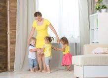 Mamy i dzieci bliźniaków bawić się Zdjęcia Stock