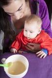 Mamy i dziecka łasowanie Fotografia Stock
