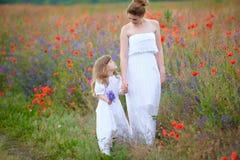 Mamy i dziecka mienia chodzące ręki outdoors Dwa kobiety w sukni obraz royalty free