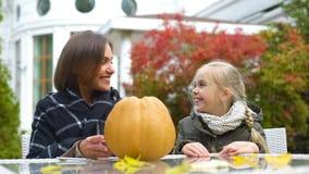Mamy i dziewczyny narządzania bania dla przyjęcia, siedzi na podwórko, szczęśliwi momenty zdjęcie royalty free