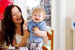 Mamy i niemowlęcia łasowania babeczki Zdjęcia Royalty Free