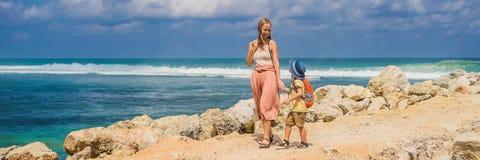 Mamy i syna podróżnicy na zadziwiać Melasti plażę z turkus wodą, Bali wyspa Indonezja Podróżować z dzieciaka pojęciem fotografia stock