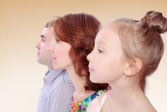 Mamy i tata córki portret w profilu Zdjęcia Royalty Free