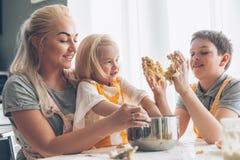 Mamy kucharstwo z dzieciakami na kuchni zdjęcie royalty free