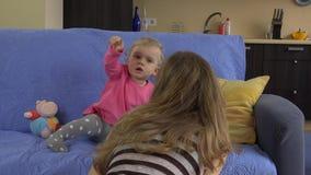Mamy próba przerywa dziecko córki dziewczyny dopatrywania telewizję zbiory