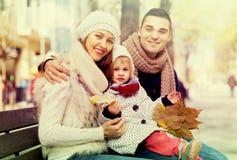 Mamy, tata i córki pozować plenerowy, fotografia royalty free