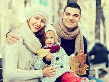 Mamy, tata i córki pozować plenerowy, zdjęcie stock