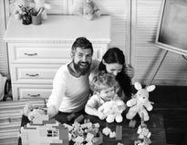 Mamy, tata i chłopiec sztuka z białymi miękkimi zabawkami, fotografia royalty free