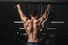 Man's för tillbaka muskel drar tillbaka Arkivfoto