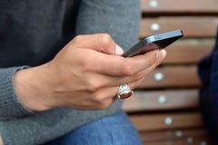 Man's-Hand, die Smartphone hält Stockbilder