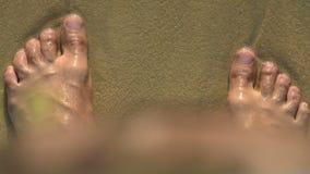Man's stopa zakopująca w piasku zdjęcie wideo